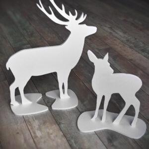 Figurki z PCW przedstawiające sylwetkę jelenia i łani.